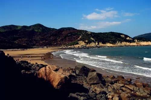 铜盘岛大沙岙海滩,沙细面广,金沙连接大海,是天然的海滨浴场和理想的